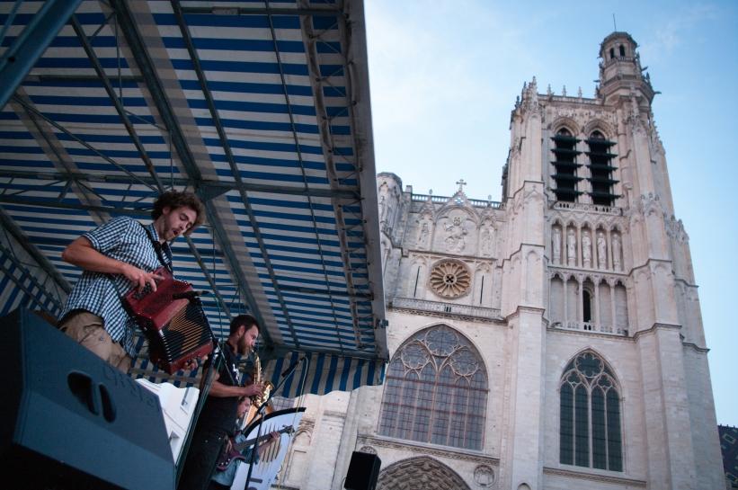 1er juillet 2014, au restaurant Brocéliande : ouverture du bal avec le groupe morvandiau La P'tite Moisson sous l'œil bienveillant de la cathédrale Saint-Etienne.