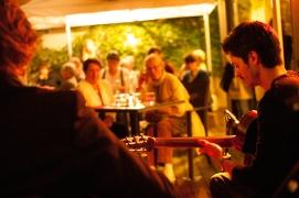 29 juillet, au Restaurant La Cuisine de Lolie : improvisations et virtuosités étaient au rendez-vous avec la formation jazz manouche Adrien Marco Trio