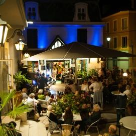 5 août à la terrasse de l'Hôtel de Paris et de la Poste, des sonorités d'Europe de l'Est ont résonné dans les rues de Sens avec Les Cordes à Léon
